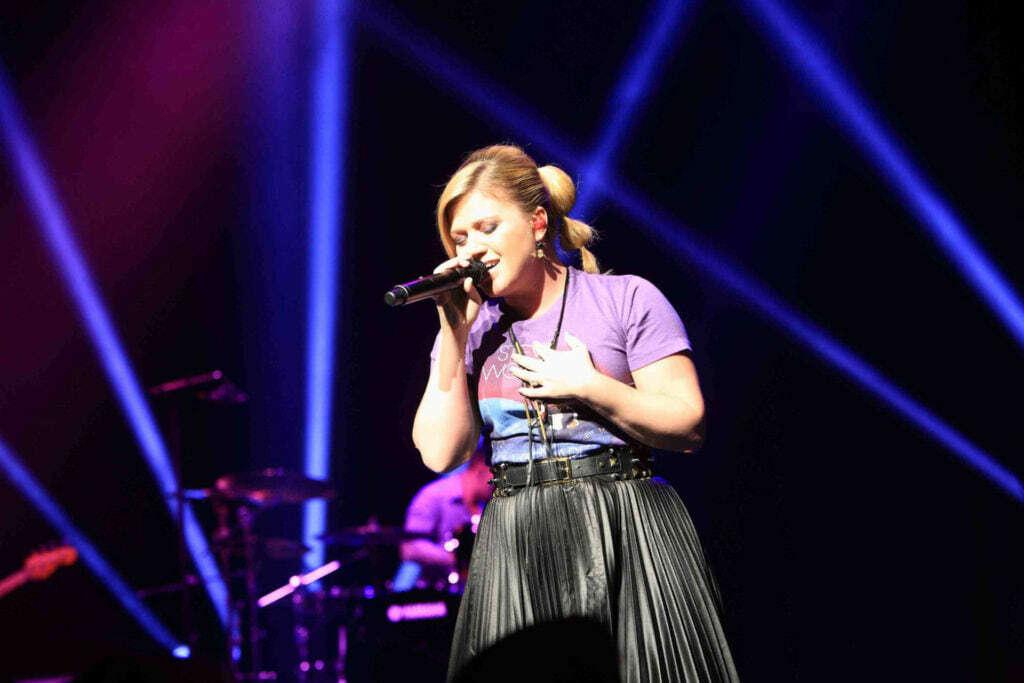 Image of Kelly Clarkson singing